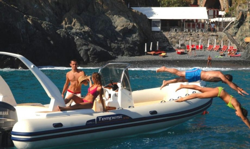 deux couples s'amusant lors d'une sortie en mer dans le var